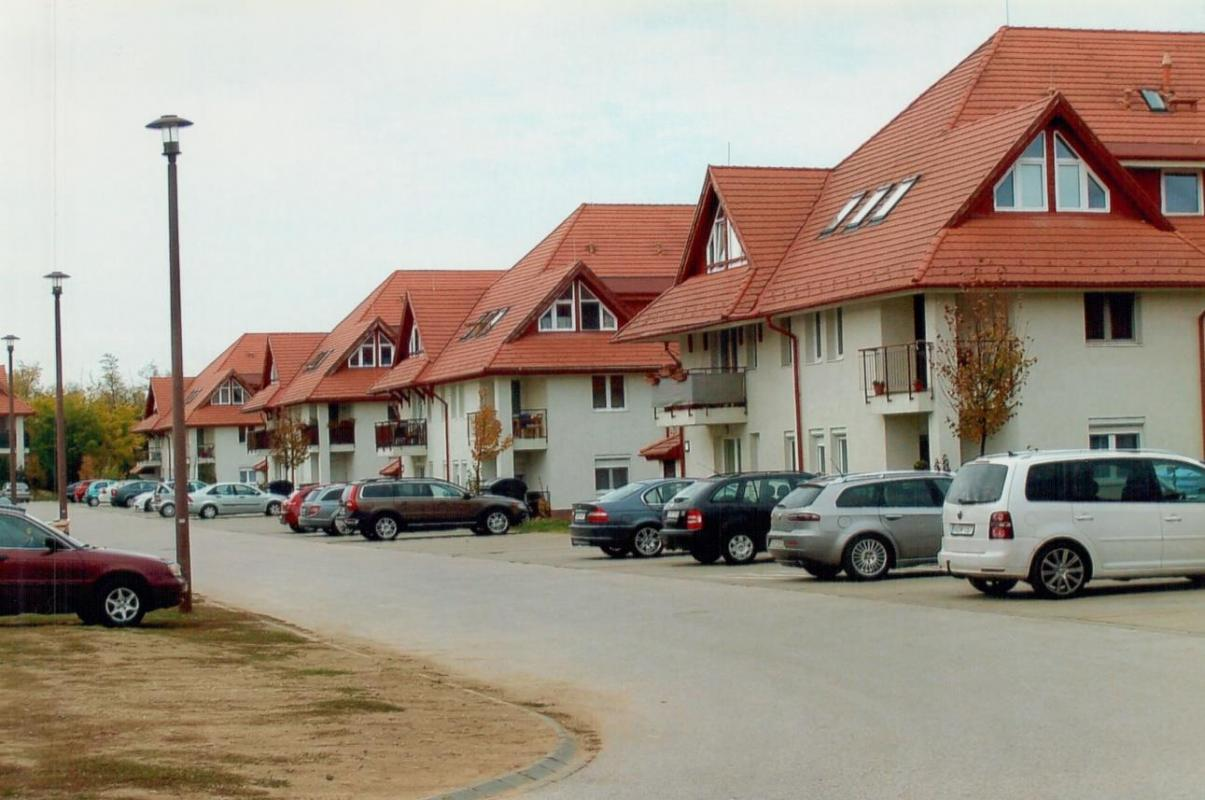 A row of geothermally heated flats built by Porció Ltd. in Veresegyház.