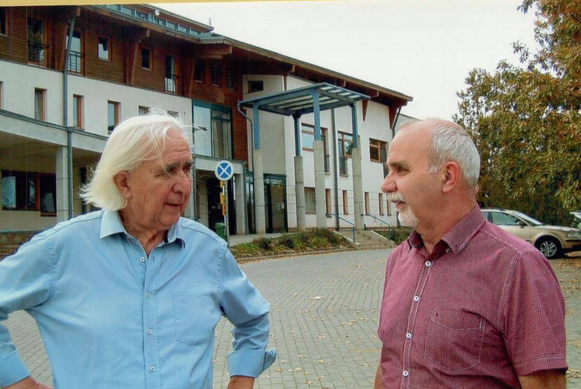 Bela Pásztor, photo left, talking with Gábor Szita in front of the city hospital.